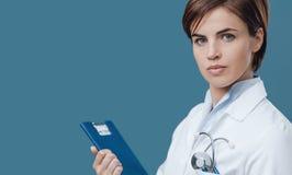 Ufna kobiety lekarka trzyma schowek obraz stock