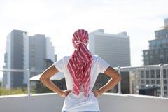 Ufna kobiety pozycja w mieście dla nowotwór piersi świadomości fotografia stock