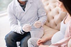 Ufna lekarka konsultuje jego gościa zdjęcie royalty free