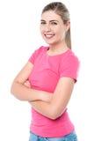 Ufna młoda dziewczyna pozuje, ręki krzyżować Zdjęcia Royalty Free