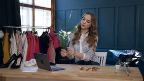 Ufna młoda kobieta nagrywa tutorial i dzieli na ogólnospołecznych środkach w jej vlog dlaczego wybierać dobrego muśnięcie dla uzu zbiory wideo