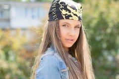 Ufna młoda nastoletnia kobieta w bandanach fotografia royalty free