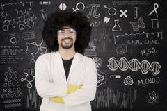 Ufna naukowiec pozycja z rękami krzyżować Fotografia Stock
