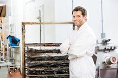 Ufna pracownik pozycja stojakiem wołowiny Jerky Przy Fotografia Stock