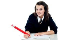 Ufna szkolna dziewczyna jest przygotowywa target169_0_ test Zdjęcie Royalty Free