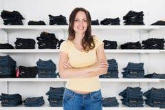 Ufne kobiety pozyci ręki Krzyżować W sklepie odzieżowym obraz royalty free