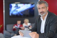Ufnego mężczyzna pomyślny przedsiębiorca czyta miesięcznego raport obrazy royalty free