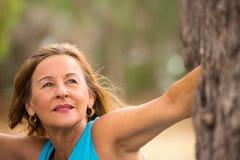 Ufnej życzliwej starszej kobiety plenerowy park zdjęcia royalty free