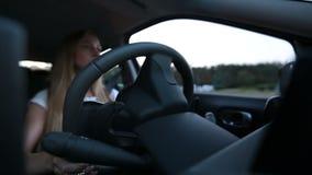 Ufnej kobiety napędowy samochód w miasto ulicie zbiory