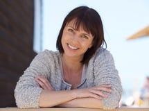 Ufnej w średnim wieku kobiety uśmiechnięty outside obrazy stock