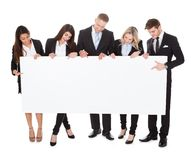 Ufni biznesmeni trzyma pustego sztandar Zdjęcie Royalty Free