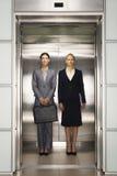 Ufni bizneswomany Stoi Wpólnie W windzie Zdjęcie Stock