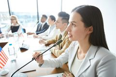 Ufny żeński polityka mówienie w mikrofon zdjęcie stock