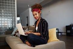 Ufny amerykański afrykański żeński blogger pracuje daleko na cyfrowym netbook z interneta tekstem afrykański kobieta fotografia royalty free