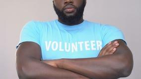 Ufny amerykanin afrykańskiego pochodzenia wolontariusza ręk skrzyżowanie, ochrona praw człowieka zbiory wideo