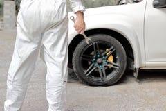 Ufny automobilowy mechanik w jednolitym mienia wyrwaniu w jego wręcza gotowego naprawiać samochodowego silnika zdjęcia royalty free