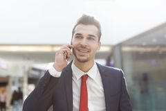 Ufny biznesmen dzwoni przy centrum biznesu Obrazy Stock