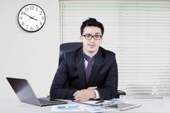 Ufny biznesmen pracuje w biurze Fotografia Stock