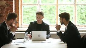 Ufny biznesmen przedstawia dokumenty klienci, dyskutuje kontrakt z inwestorami zdjęcie wideo