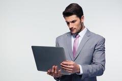 Ufny biznesmen używa laptop Zdjęcia Stock