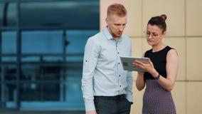 Ufny biznesmena i bizneswomanu działanie jako drużynowy używa pastylka komputer osobisty plenerowy zdjęcie wideo