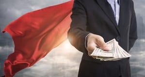 Ufny biznesowy bohatera mężczyzna jest ubranym czerwonego przylądek przeciw fotografia royalty free