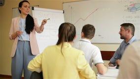 Ufny bizneswoman daje rysunkowej prezentacji na flipchart koledzy w sala posiedzeń Wykonawczy kierownika seans zbiory