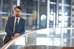 Ufny Bliskowschodni mężczyzna w Nighttime budynku biurowym Zdjęcia Stock