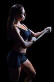 Ufny bokser wiąże bandaż na ręce zdjęcia royalty free