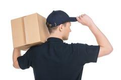 Ufny deliveryman. Tylni widok trzyma ca młody deliveryman obraz royalty free
