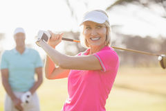 Ufny dojrzały kobiety przewożenia kij golfowy mężczyzna Obrazy Stock