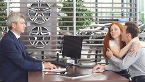 Ufny dojrza?y sprzedawcy lub kierownika ofiary zakupu samochodowy kontrakt potomstwa dobiera si? zbiory
