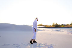 Ufny facet, arab chodzi w środku biel pustynia i cieszy się l Zdjęcie Stock
