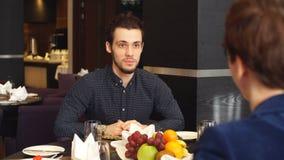 Ufny facet opowiada z partnerem przy kawiarnią zdjęcie wideo