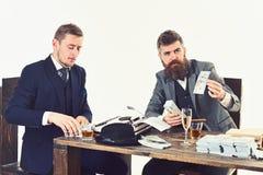 Ufny i pomyślny Partnery biznesowi pisze pieniężnym raporcie Ruchliwie mężczyźni planuje firma budżet biznesmeni fotografia royalty free