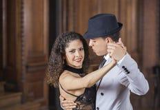 Ufny kobiety spełniania tango Z Męskim tancerzem Obrazy Stock