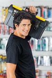Ufny mężczyzna przewożenia Toolbox Na ramieniu Wewnątrz Zdjęcie Stock