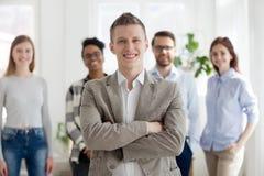 Ufny mężczyzna z grupą multiracial ludzie biznesu indoors zdjęcia royalty free