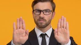 Ufny mężczyzny seansu przerwy gest, odmowa łapówki, szczery biznes, w górę zbiory wideo