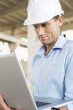 Ufny męski architekt używa laptop przy budową Zdjęcie Stock