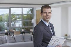 Ufny Męski pośrednik w handlu nieruchomościami ono Uśmiecha się Zdjęcia Stock