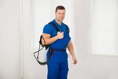 Ufny Męski pracownika przewożenia pestycydu zbiornik Fotografia Royalty Free