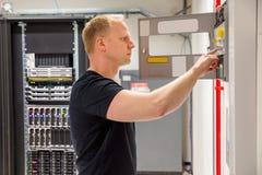 Ufny Męski technik Sprawdza Pożarniczego panelu W Datacenter Zdjęcia Royalty Free
