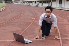 Ufny młody Azjatycki biznesmen z laptop przygotowywającą początek pozycją posyłać na biegowym śladzie biznesowego pojęcia diagram Fotografia Stock