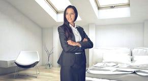 Ufny Młody bizneswoman przy sypialnią ilustracja wektor