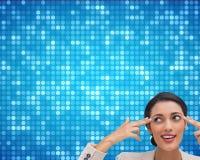 Ufny młody bizneswoman wskazuje jej głowę z ona palce Obrazy Royalty Free