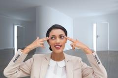 Ufny młody bizneswoman wskazuje jej głowę z ona palce Zdjęcie Stock