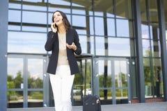 Ufny młody bizneswoman z telefonem komórkowym obraz royalty free