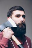 Ufny młody brodaty mężczyzna niesie dużą cioskę Zdjęcia Royalty Free