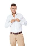 Ufny młody człowiek z jego ręką w jego kieszeni Zdjęcie Stock